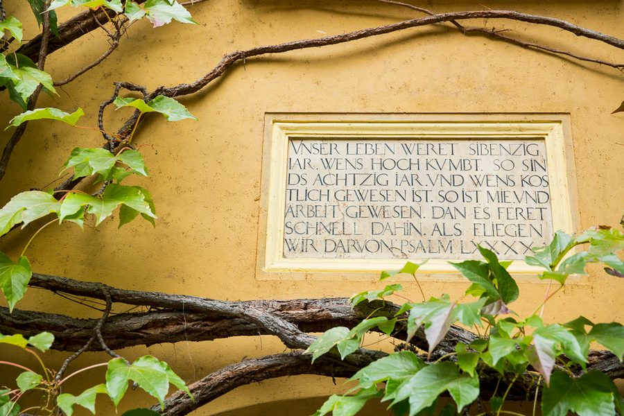 [Translate to English:] Tafel mit Psalmtext in der Fuggerei